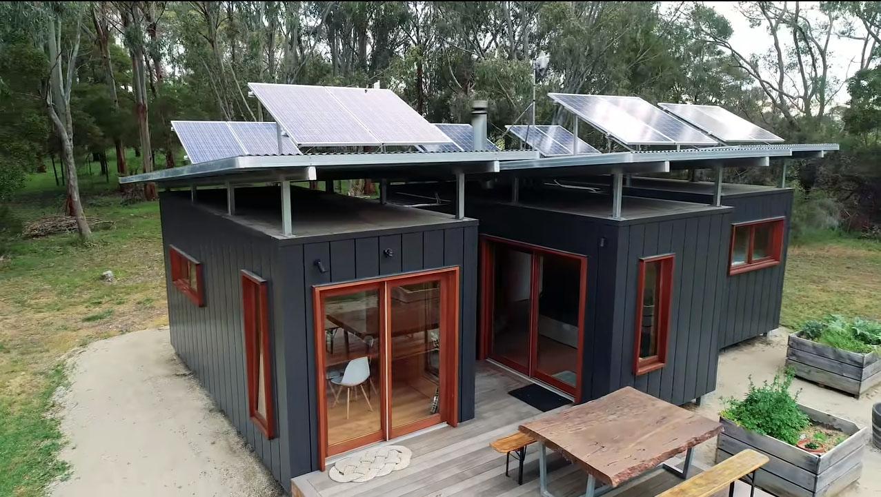 屋根にはソーラーパネル